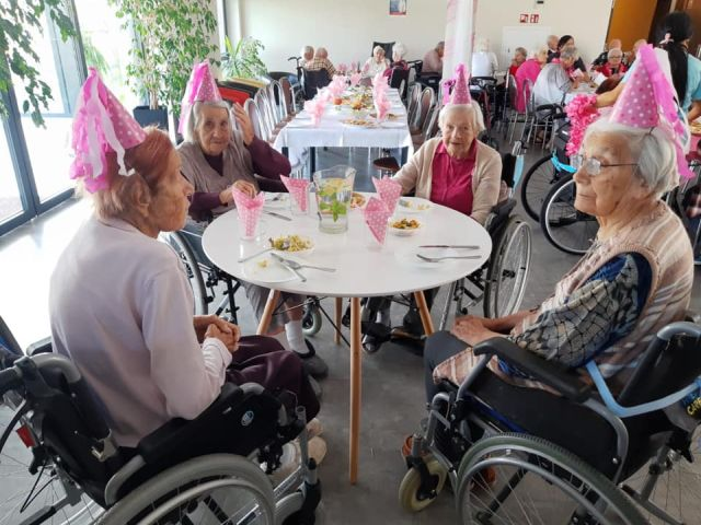 Wspólne spędzanie urodzin w Domu Seniora Słoneczne Wzgórze
